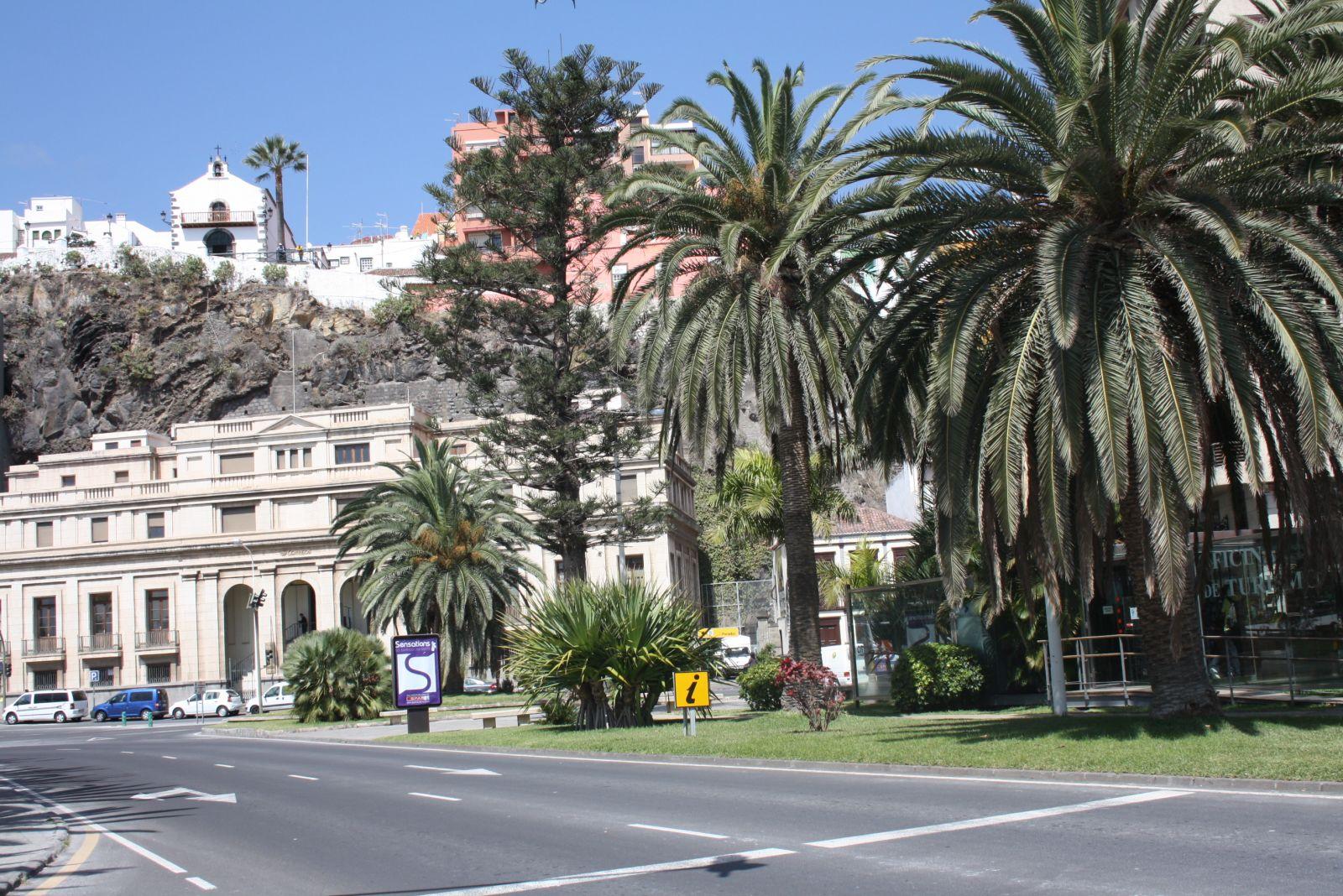 Plaza de la constituci n jard n de obras correos y for Oficinas correos palma